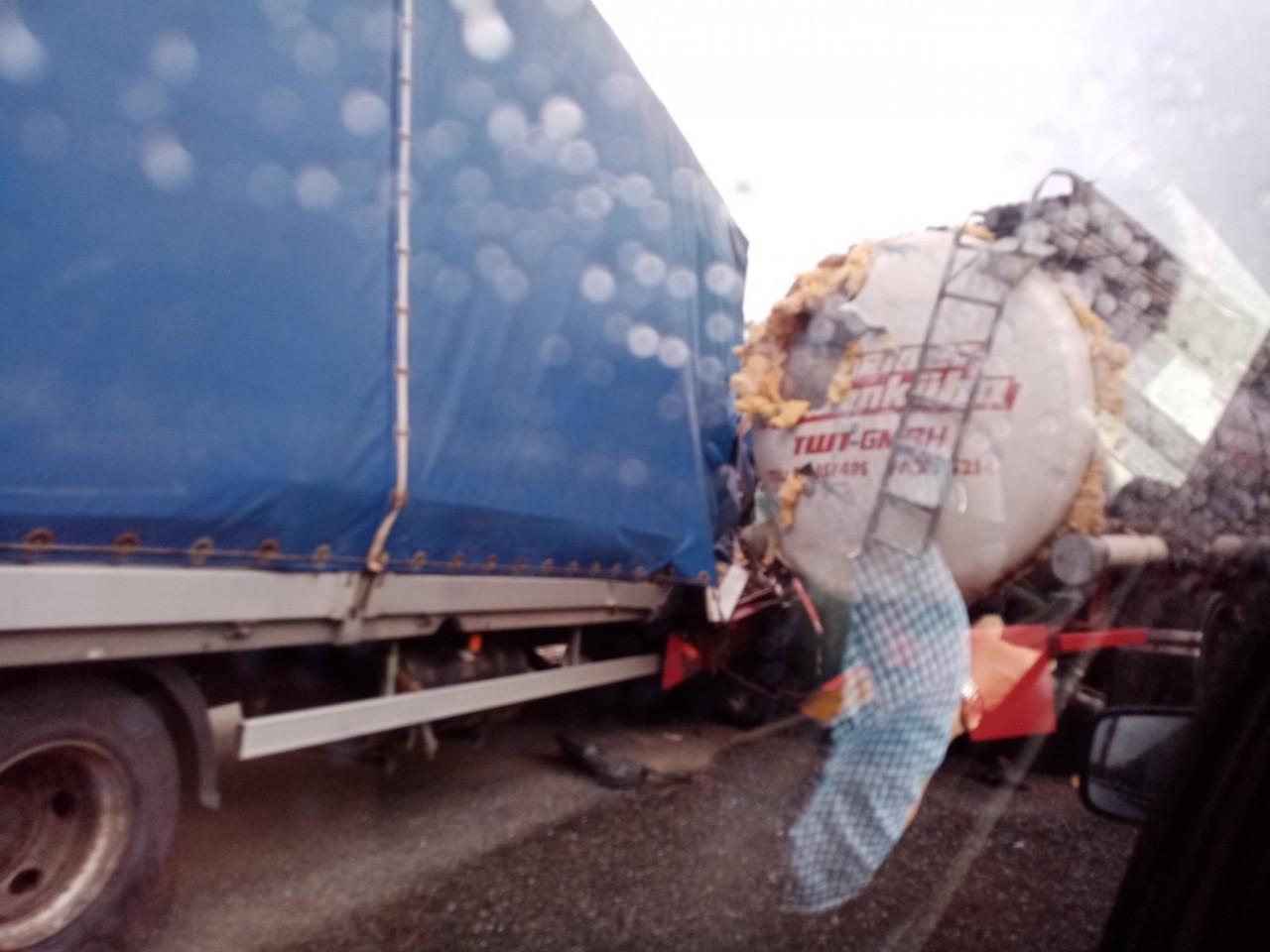 Под Смоленском место жёсткого ДТП с грузовиком и автоцистерной сняли на видео