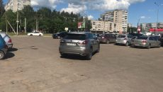 В Смоленске автохам на «Лексусе» перекрыл парковку торгового центра