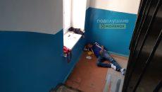 В Смоленске мужчина месяц живет на лестничной клетке