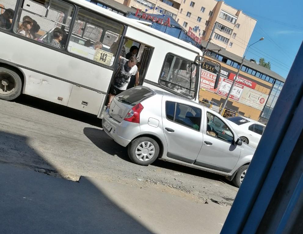 В Смоленске автохам на иномарке заблокировал остановку