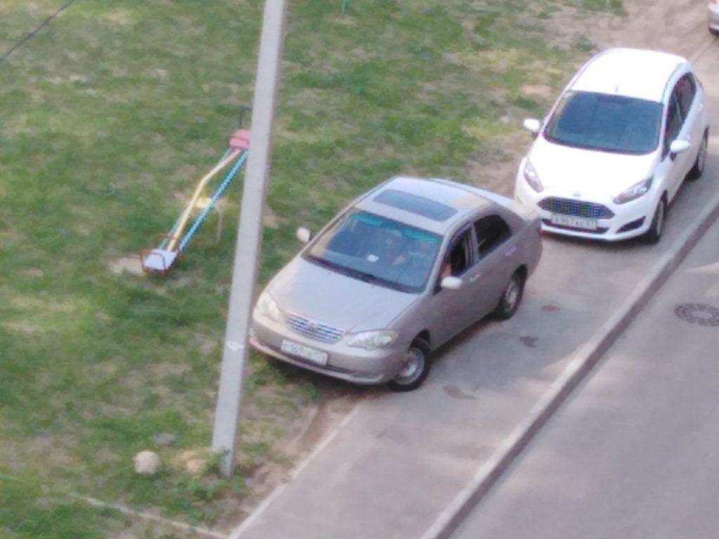 автохам, парковка на детской площадке, Краснинское шоссе (фото vk.com black.smolensk)