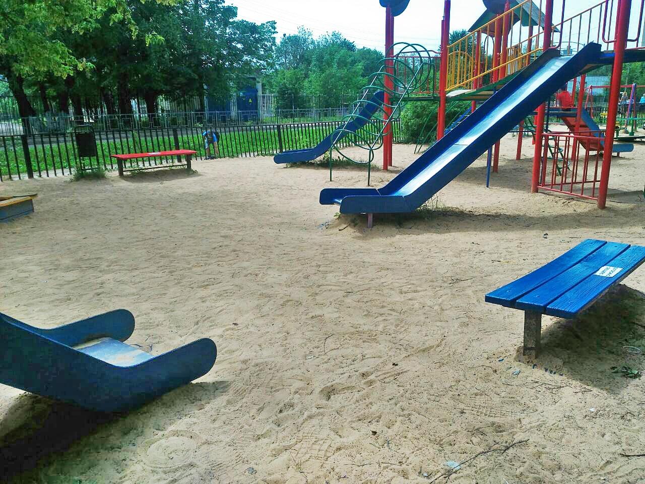 В Смоленске начали приводить в порядок детские площадки