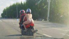 Голая пассажирка мотоцикла на смоленской трассе шокировала пользователей Сети