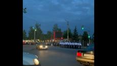 В Смоленске марш выпускников военной академии по автодороге к ресторану сняли на видео