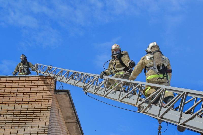 пожарные, автолестница_2 (фото пресс-службы ГУ МЧС по Смоленской области)