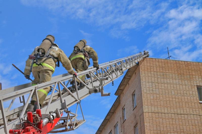 пожарные, автолестница_3 (фото пресс-службы ГУ МЧС по Смоленской области)