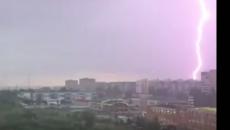 В Смоленске пульсирующую молнию сняли на видео