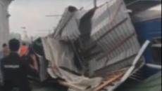 Под Смоленском сорванная ураганом крыша упала на поезд