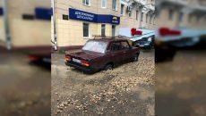 В центре Смоленска зыбучий щебень привёл к массовому автомобильному ЧП