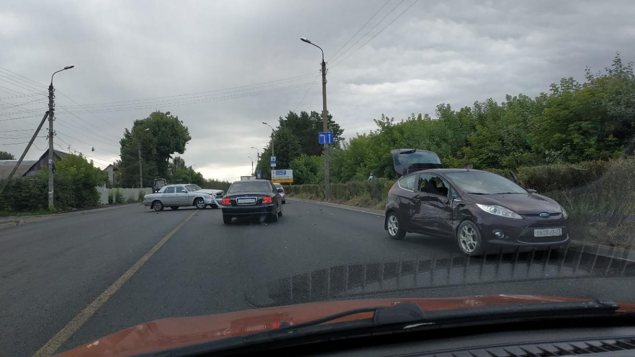 В Смоленске жёсткая авария осложнила движение на улице Свердлова