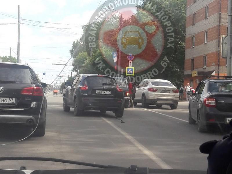 В Смоленске столкновение BMW и «Нивы» создало затор на улице Кирова