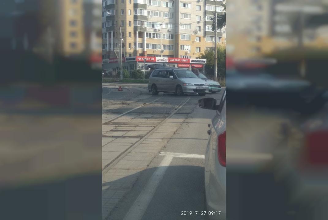 В Смоленске две легковушки жестко столкнулись на трамвайных путях