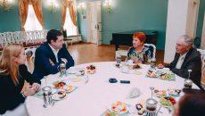 Алексей Островский с супругой встретились с образцовыми смоленскими семьями