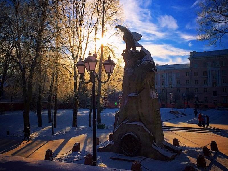 памятник с орлами, Сквер памяти Героев, зима, фонарь (фото instagram.com artyukhina)