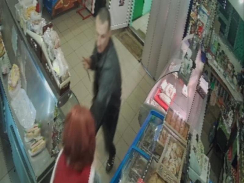 разбой, ограбление, нож, магазин, Верхнеднепровский, продавщица (кадр видео 67.mvd.ru)