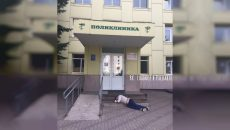 Под Смоленском выпивший мужчина прилег на крыльце поликлиники и проснулся знаменитым