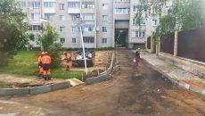 В Смоленске на одной из улиц устанавливают новые бордюры