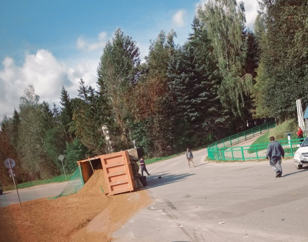 5.08.2019, ДТП, Пригорское, КамАЗ, песок (фото vk.com smol_garage)