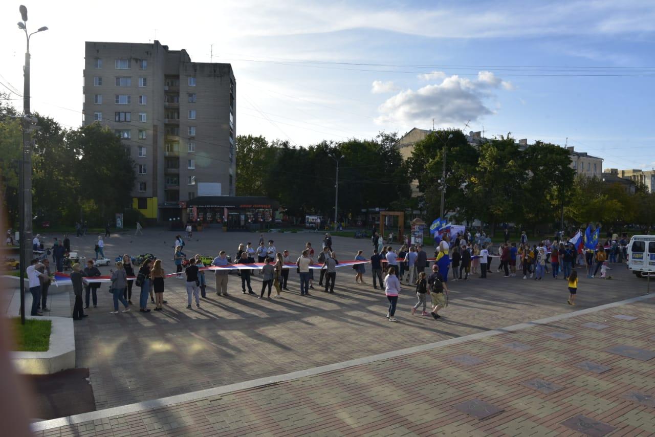 В центре Смоленска развернули 50-метровый российский флаг