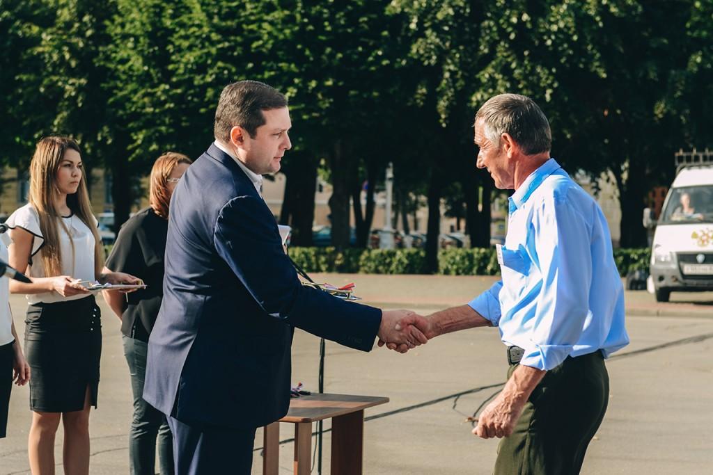 Алексей Островский вручил ключи от новых машин водителям областных центров соцобслуживания