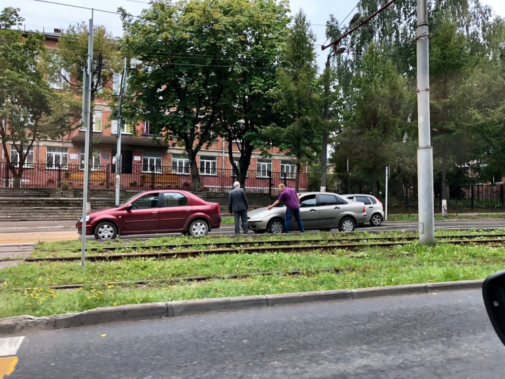 ДТП 17.08.2019, улица Нахимова, Renault Logan, Ford Focus (фото vk.com dr.irina_smile)