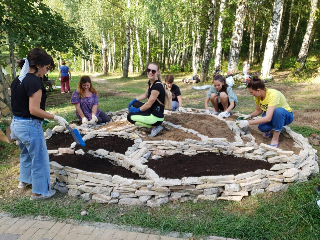 В Смоленске обустроили вторую клумбу на «Аллее добра»