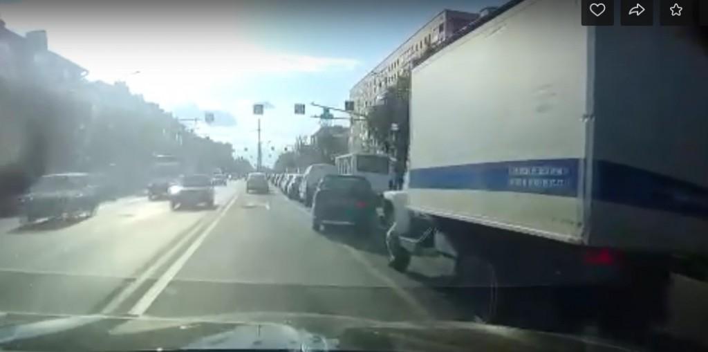 В Смоленске массовое ДТП с полицейским авто сняли на видео