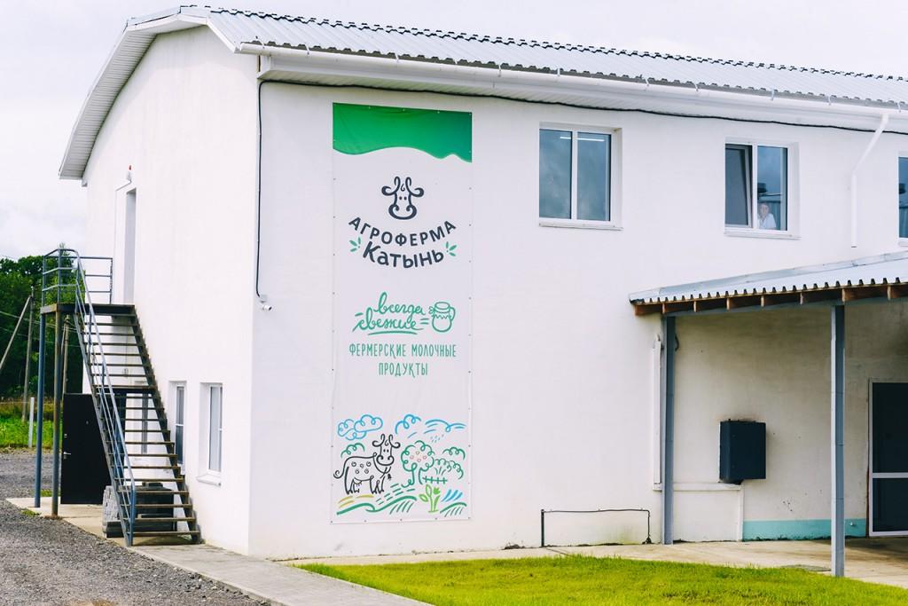Алексей Островский посетил молочное производство в Смоленском районе
