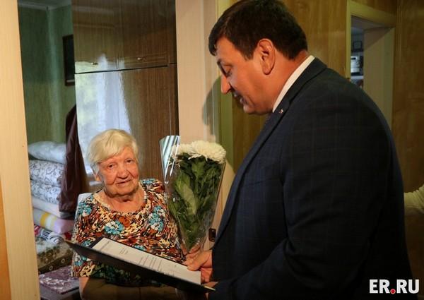Игорь Ляхов поздравил самого пожилого смоленского единороса с Днем рождения