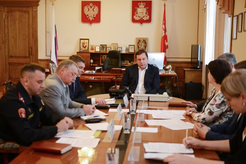 Алексей Островский поручил организовать работу всех смоленских школ в одну смену