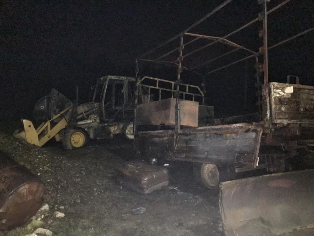 пожар 27.08.2019, Хохлово, экскаватор-погрузчик CASE 580 SR с прицепом_1 (фото 67.mchs.gov.ru)