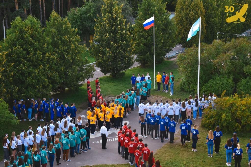 Под Смоленском прошло масштабное шествие в честь Дня Государственного флага