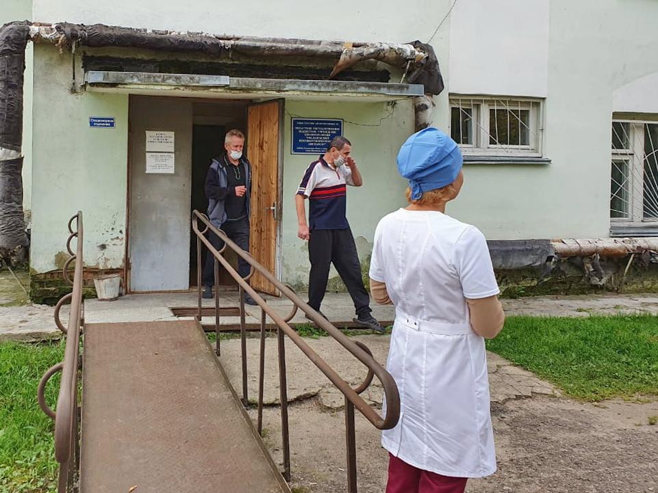 Рославльский противотуберкулезный диспансер, эвакуация_1 (фото пресс-службы ГУ МЧС по Смоленской области)