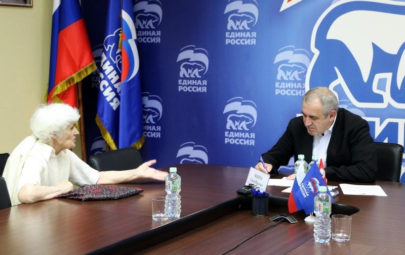 Сергей Неверов, приём граждан (фото smolensk.er.ru)