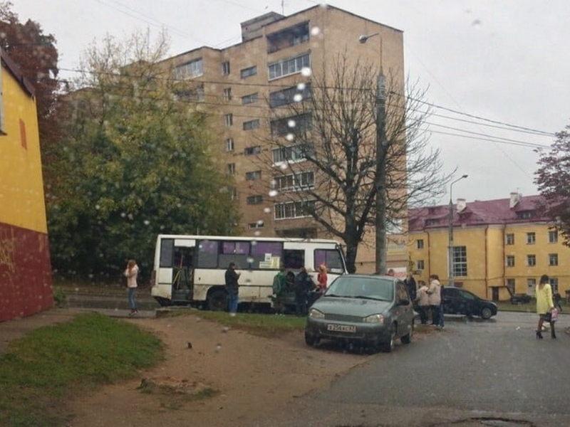 dtp-30.09.2019-ulicza-12-let-oktyabrya-marshrutka-derevo_1-foto-vk.com-smolensk_transport