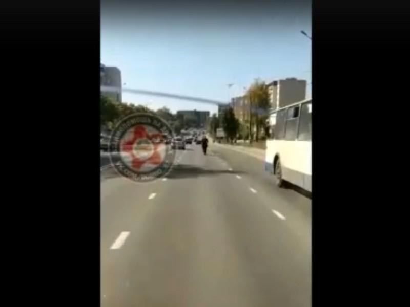 езда священнослужителя РПЦ на электросамокате по улице Шевченко