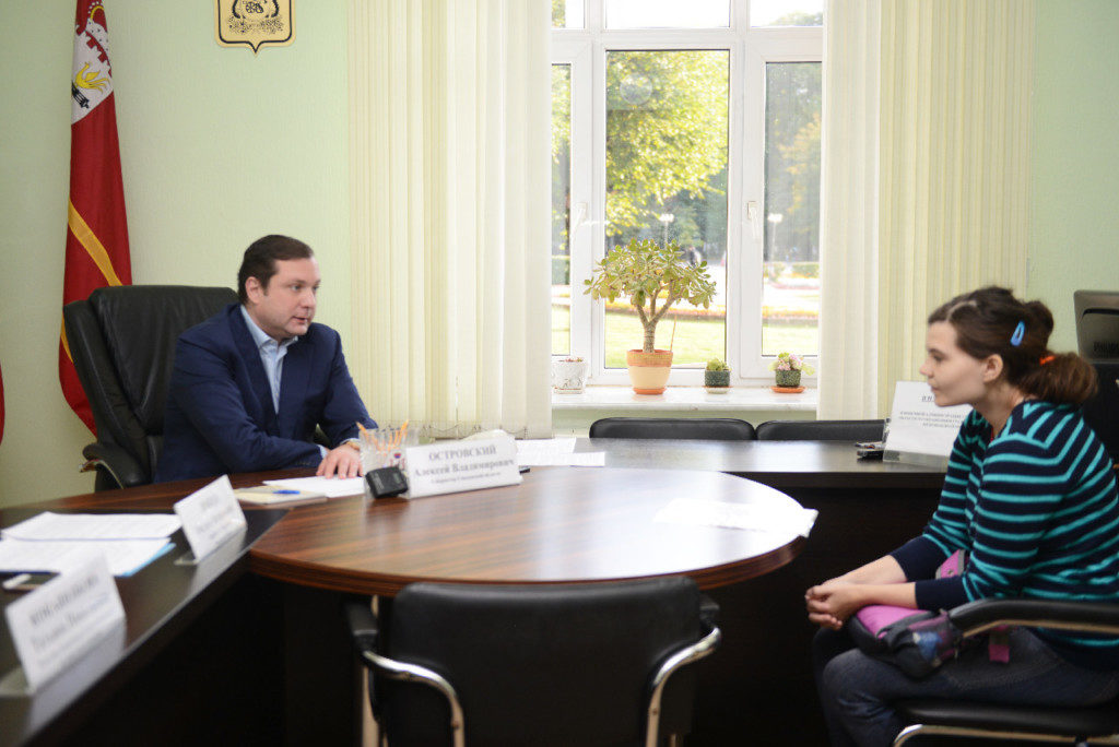 Алексей Островский разъяснил многодетной маме правила получения земельного участка