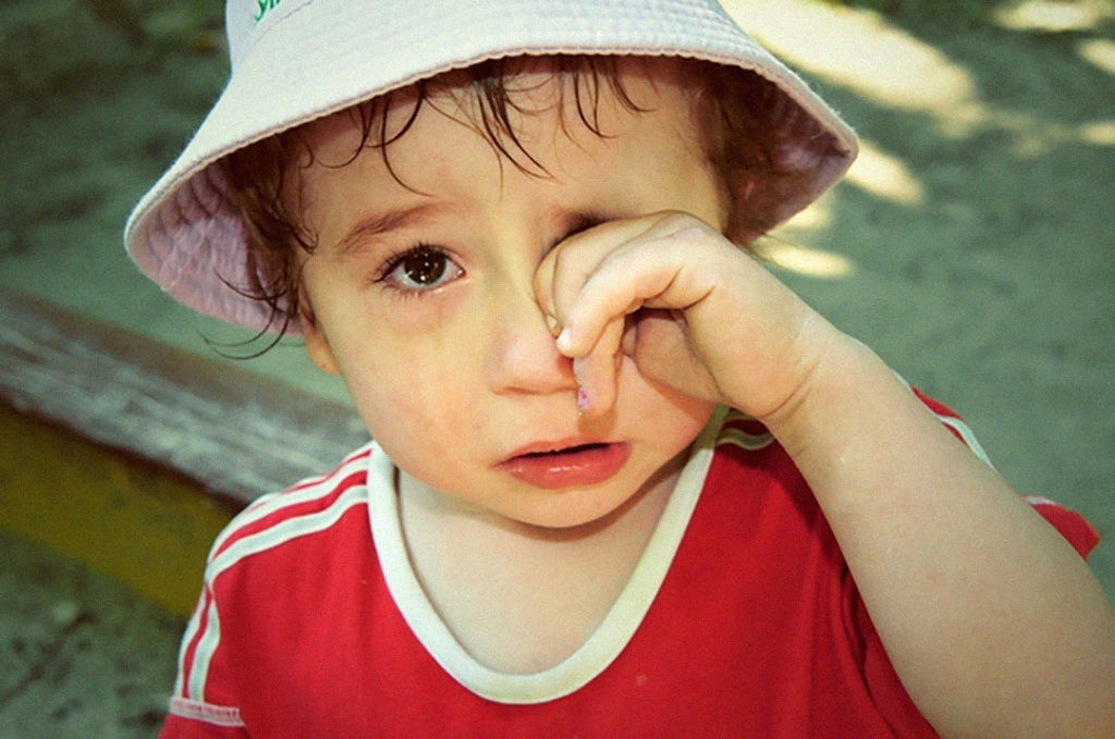 плачет ребёнок