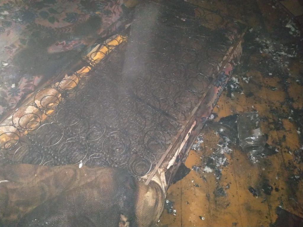 пожар 14.09.2019, улица 2-я Вяземская, пенсионер, диван, неосторожность с огнём_2 (фото 67.mchs.gov.ru)