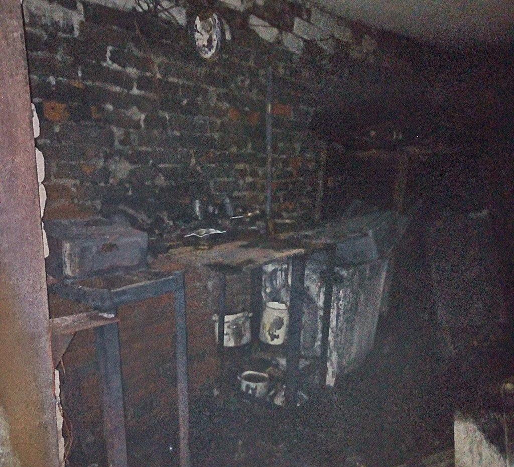 пожар 18.09.2019, Рославль, гараж, газовый баллон_1 (фото 67.mchs.gov.ru)