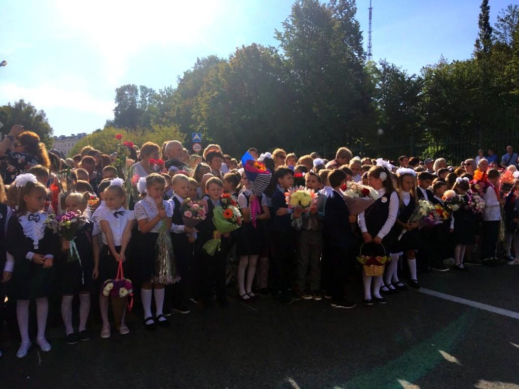 торжественная линейка 2.09.2019, школа №28, День знаний (фото vk.com official_smolensk)