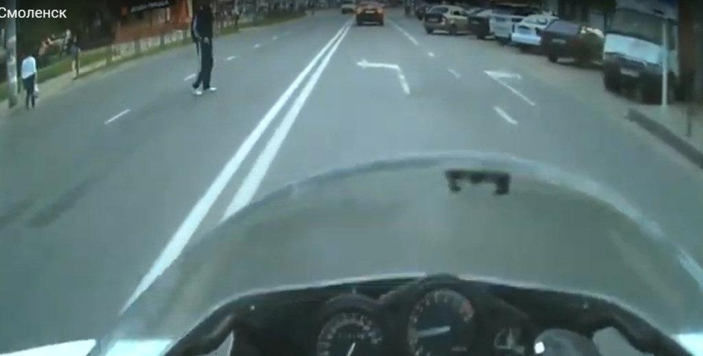 В Смоленске мотоциклист снял пешеходов-«зомби» на видео