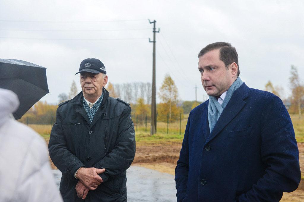 Алексей Островский проинспектировал ход строительства эксплуатационной скважины в Дорогобужском районе