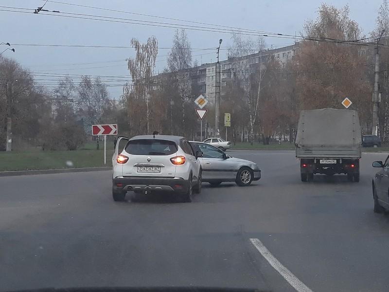 ДТП 20.10.2019, поворотное кольцо, проспект Строителей, Renault Kaptur (фото vk.com igormartins)