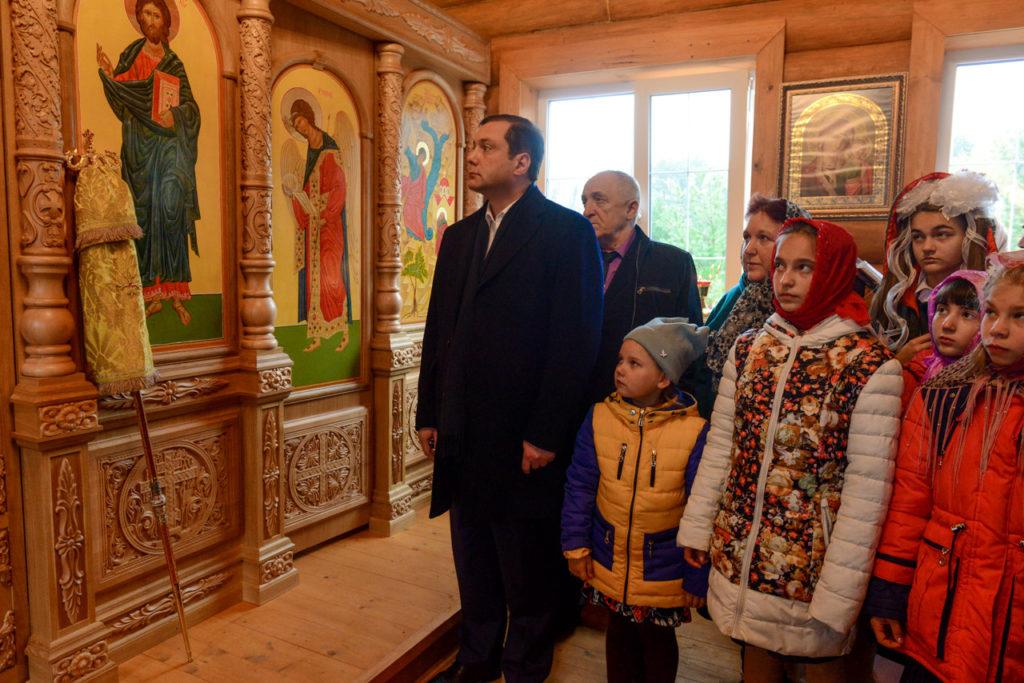 Алексей Островский поможет решить проблемы смоленской деревни приемных детей