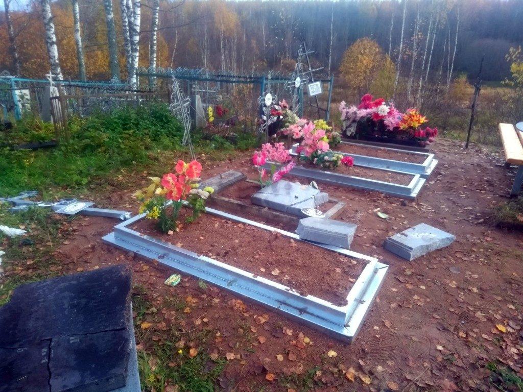 вандализм 10.10.2019, кладбище, Аксёново_2 (фото vk.com natalia67rus)