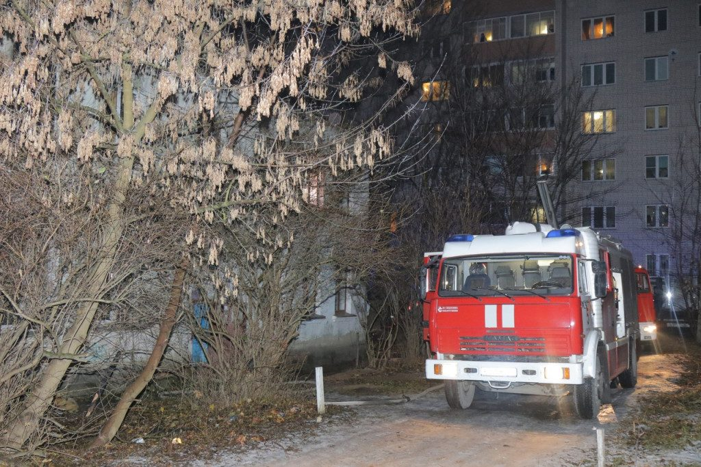 многоквартирный дом, проезд, пожарная машина (фото пресс-службы ГУ МЧС РФ по Смоленской области)