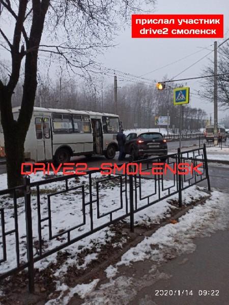 В Смоленске иномарка попала под колёса автобуса в Промышленном районе