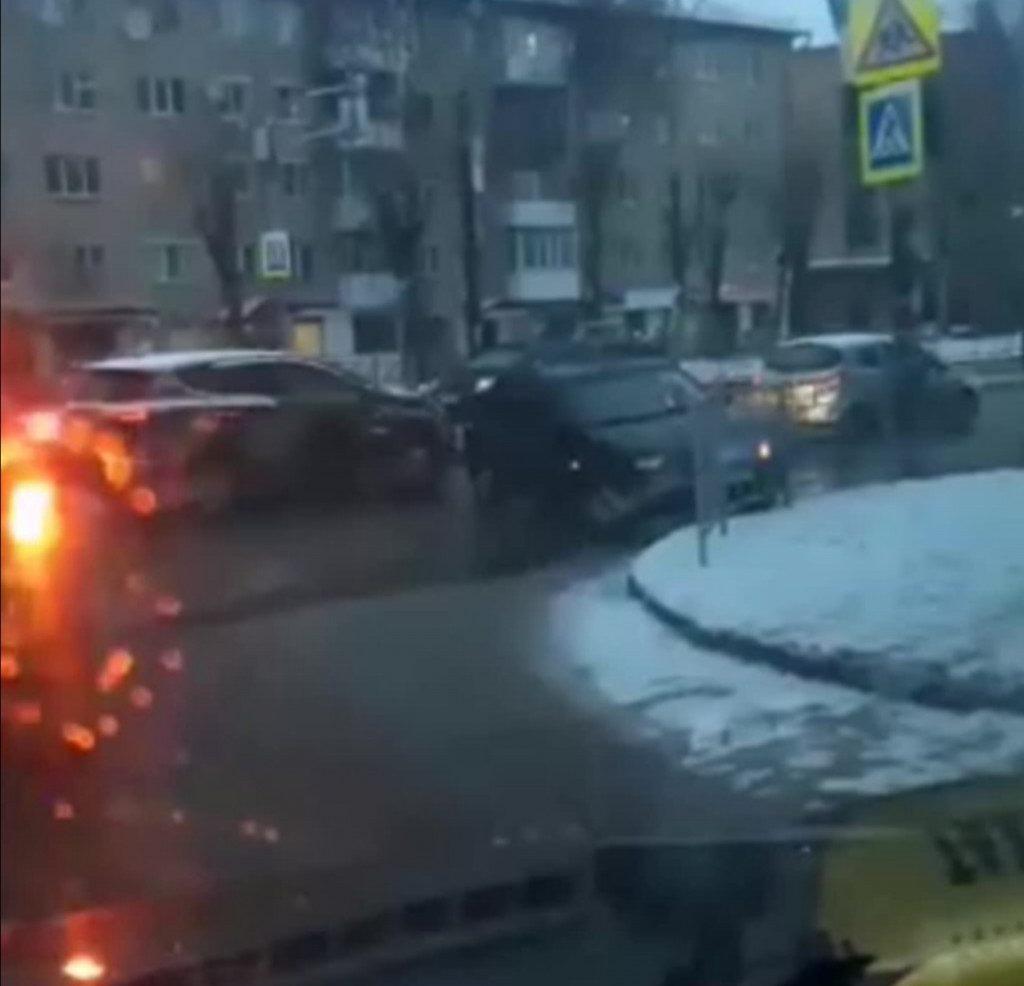 Последствия утреннего ДТП с ограждением в центре Смоленска сняли на видео