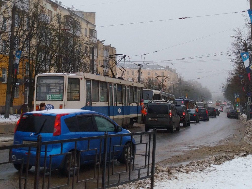 пережог провода контактной сети трамваев 13.01.2020, улица Николаева (фото vk.com smolensk_transport)
